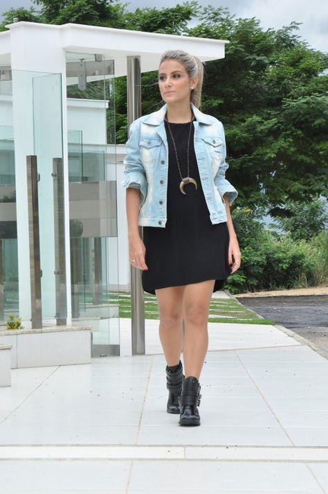 Vestido preto + jaqueta jeans + botinha + colar de chifre - clube de duas // look do dia