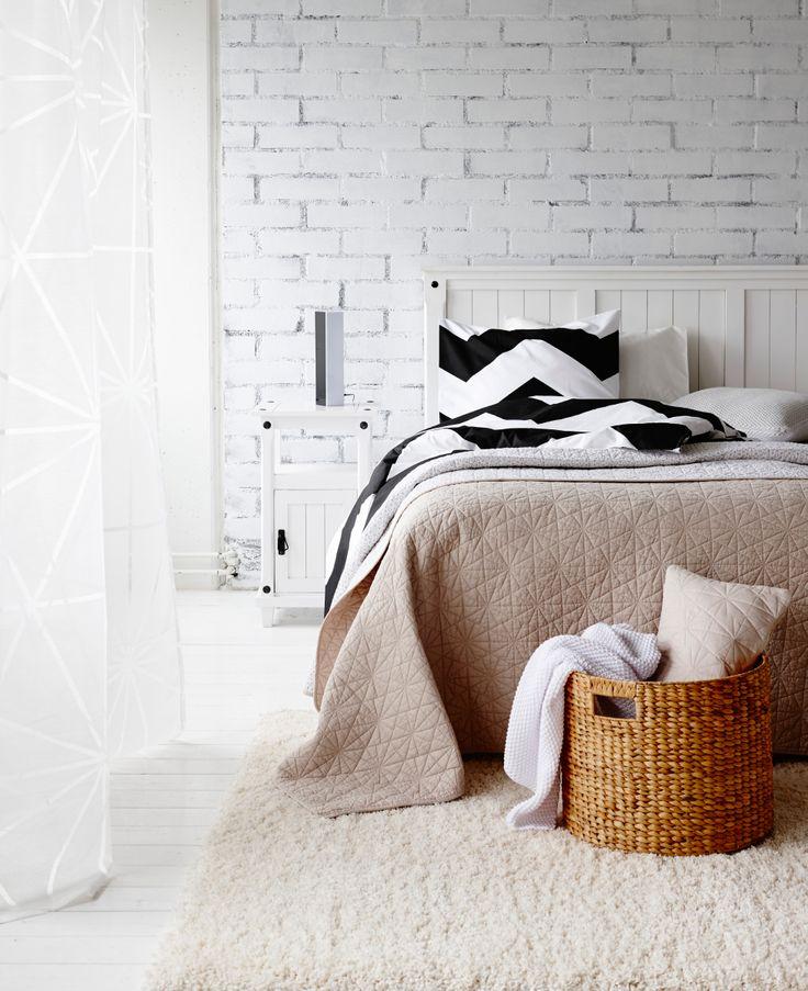 Kodin1, makuuhuone, Anno Seitti -päiväpeitto, Anno-valokirjain, Anno Siksak -pussilakanasetti.