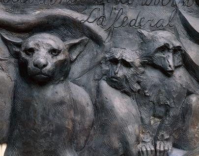 Les pays d'#AmériqueLatine ont offert aux Nations Unies cette plaque de bronze de l'artiste vénézuélien Marisol Escobar commémorant Simon Bolivar et le Congrès de Panama. Est inscrit en espagnol sur la plaque : « Dans les siècles futures peut-être n'y aura-t-il qu'une seule Nation couvrant l'univers : l'État fédéral. »