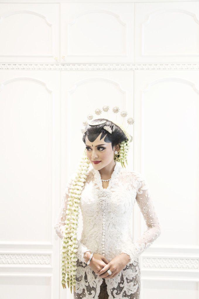 Javanese traditional wedding dress   A Glamorous Javanese Wedding With Military Traditions   http://www.bridestory.com/blog/a-glamorous-javanese-wedding-with-military-traditions