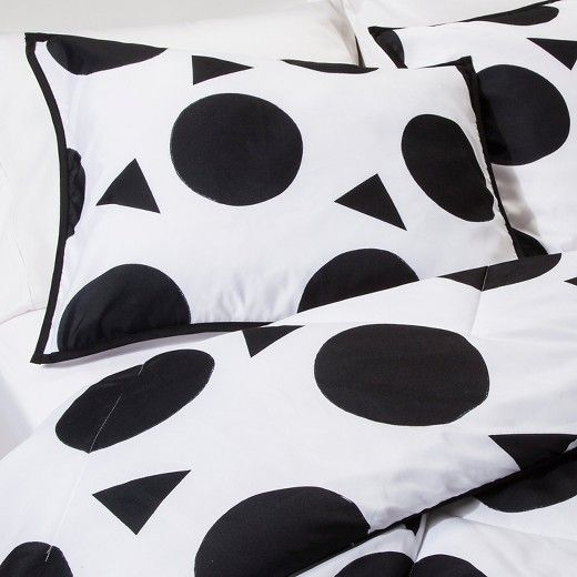 Make your room bold and fearless with the Confetti Cool Comforter Set in Black & White from Pillowfort. This kids' comforter set includes a pillow sham and comforter that are machine washable. The large solid circles of the set are accented with smaller triangles and a trim in a matching color.