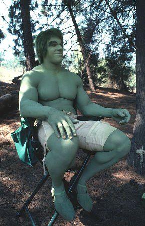 """The Hulk (Lou Ferrigno) cuando no existía CGI y tenían que pintarle el cuerpo de verde en el set de """"The Incredible Hulk"""""""