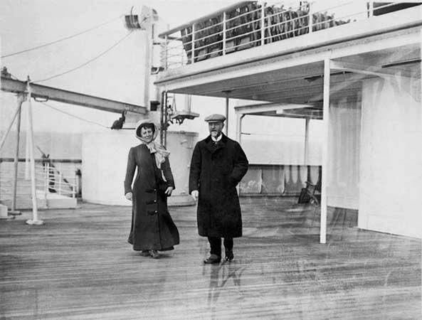 Des photos à bord du Titanic Frank Browne était un prêtre a qui on a avait offert un voyage à bord du Titanic en première classe mais son voyage s'arrêtait à la seconde escale, il n'est donc resté sur le Titanic que de Southampton à Cobh ( Irlande ) et comme il était passionné de photographie il a documenté tout son voyage, à la suite du naufrage ses photos sont devenues presque les seules de la vie à bord du Titanic avant la catastrophe.