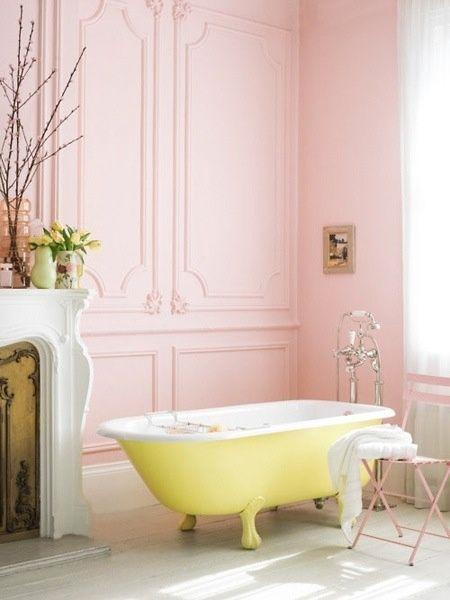 jaune et rose salle de bain