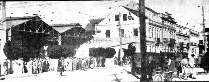 Em junho de 1945, policiais vigiavam a entrada da garagem de bondes da Companhia Força e Luz do Paraná, em frente ao prédio da Assembléia Legislativa (hoje sede da Câmara).
