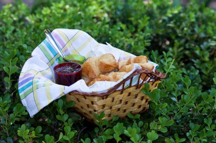 Croissant e geleias para deixar a tarde feliz.