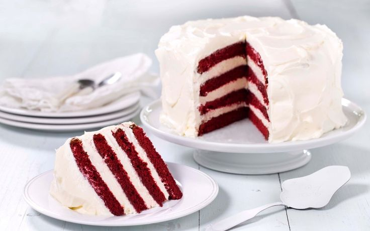 Red velvet cake. Imponer på kakebordet med en firelags Red velvet-kake av rød sjokoladekake og hvit ostekrem.
