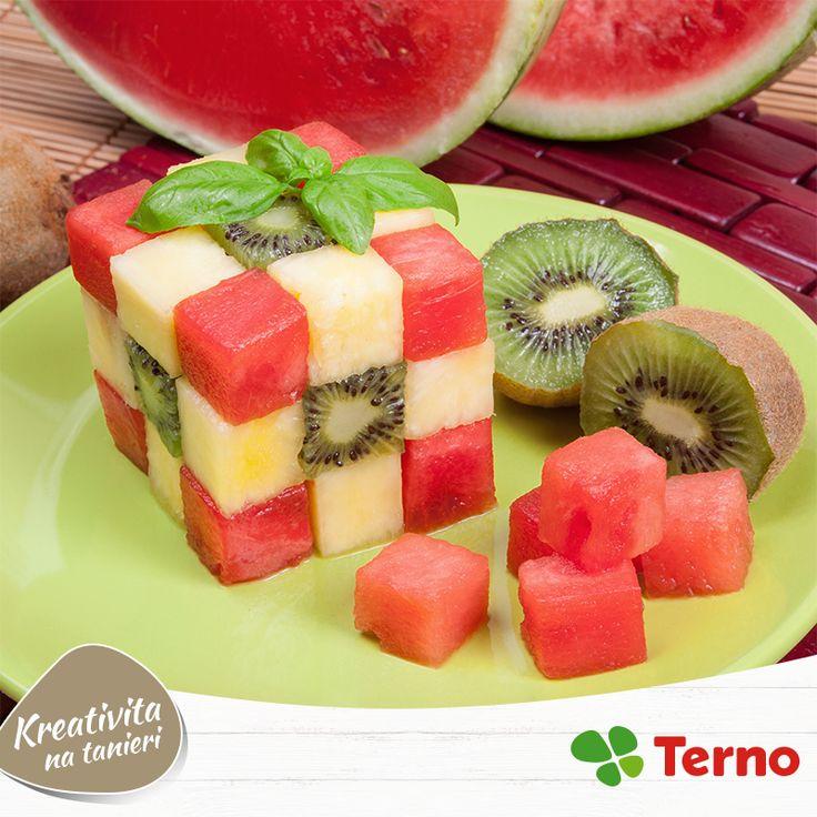 Chystáte párty? Prekvapte svojich hostí sviežim ovocným šalátom naservírovaným tak, ako ho ešte určite nevideli. ;) Vyskúšate si doma urobiť túto chutnú Rubikovu kocku?