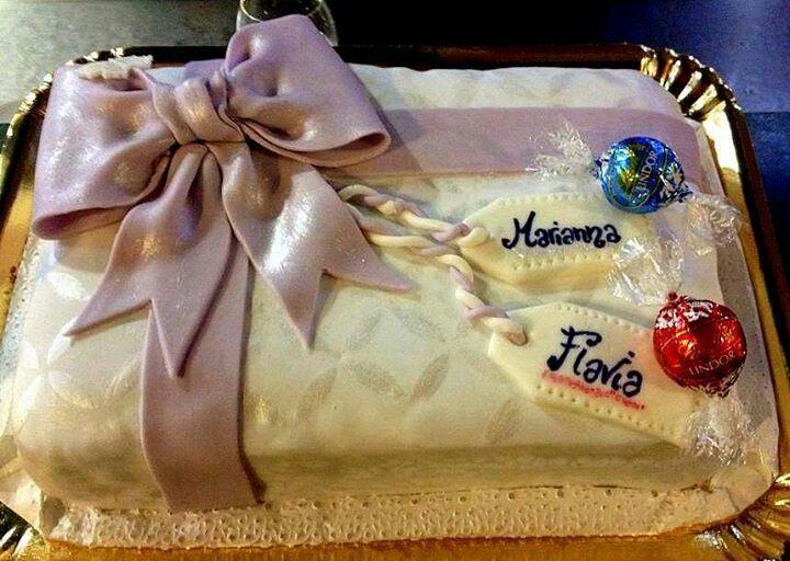 pan di spagna al cacao e pan di spagna alla vaniglia farcito con crema lindor al latte e crema lindor al cioccolato bianco e gocce di cioccolato fondente