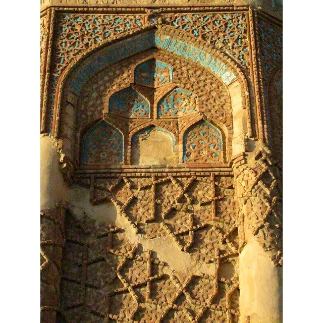 1196-1197 yılları arasında inşa edilmiş olan Kümbet-i Kabud'a ait mukarnaslı niş yüzeyi. #kümbetikabud#kümbet#anadolu#anatolia#islamic#islamicarts#işleme#tezyinat#art#arthistory#sanat#sanattarihi#architecture#mimari http://turkrazzi.com/ipost/1518943890088947837/?code=BUUX2uagHB9