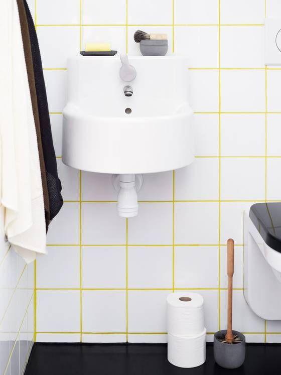 FARGET FUGEMASSE: På dette badet er det brukt gul fugemasse. Vasken er fra Ikea. Dobørsten og baderomsproduktene oppå vasken er fra irishantverk.se.