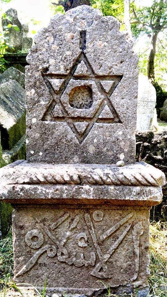 """mezar taşında el islam yazısı ve mührü Süleyman deseni  MELİKŞAH GAZİ TÜRBESİNDE MÜHR-Ü SÜLEYMAN DESENLİ VE ÜZERİNDE """"EL-İSLAM"""" YAZAN BİR SELÇUKLU MEZAR TAŞI, NİKSAR, TOKAT"""