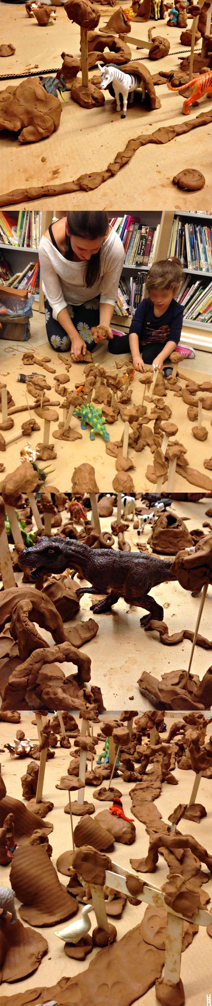 Ελεύθερο παιχνίδι με πηλό. Σήμερα παίξαμε με όλων των ειδών τα ζωάκια. Δημιουργήσαμε τα μέρη όπου ζουν, φτιάξαμε δέντρα, σπηλιές, γέφυρες, λιμνούλες. Αφηγηθήκαμε τις δικές μας... ιστορίες. Με τη Δώρα Οικονομίδου στη Δανιηλίδειο Παιδική Βιβλιοθήκη.  27.10.2014 / THESSALONIKI / GREECE / CLAY AND ANIMALS