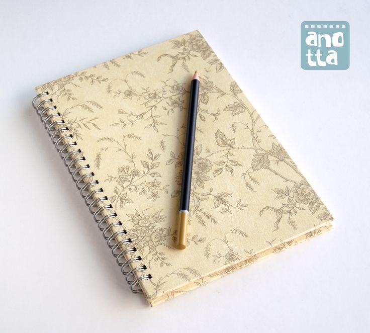 Libreta hecha a mano reciclando un viejo muestrario de papel pintado.