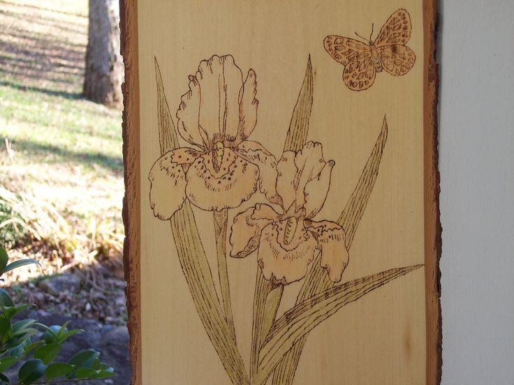 Uno di una mano gentile bruciato e placca di legno di colore. Questa placca di legno fatta di tiglio e misura 9 x 13 x 3/4. Ho usato matite artista in alcune zone, per migliorare laspetto dei fiori e delle farfalle. La placca è sigillato con una finitura in lacca libera e pronto per la visualizzazione. La placca è dotato di un gancio installato. Ogni pezzo è firmato e datato. I bordi laterali sono di corteccia dalbero naturale assetto per far risaltare la bellezza del pezzo.