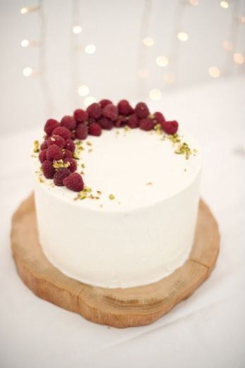 Single layer cake with raspberries