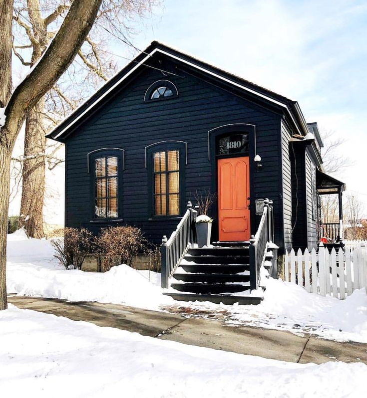 Love this contrast ❄️ Drak exterior, bright painted door. — also on the blog today 9 current Etsy favorites — head to Beckiowens.com