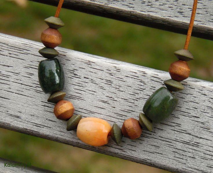 Robin+-+náhrdelník+s+jadeitem+Oranžový+mramorovaný+jadeitový+soudek+tvoří+střed+náhrdelníku,+po+stranách+jsou+mramorované+olivově+zelené+soudečky+jadeitu,+vše+je+doplněno+dřevěnými+profilovanými+korálky+a+navlečeno+na+kulatou+přírodní+antik+1,5mm+kůži,+doplněno+komponenty+z+chirurgické+oceli+a+zapínání+na+karabinku+rovněž+z+chirurgické+oceli.+Jadeitové+soudky...