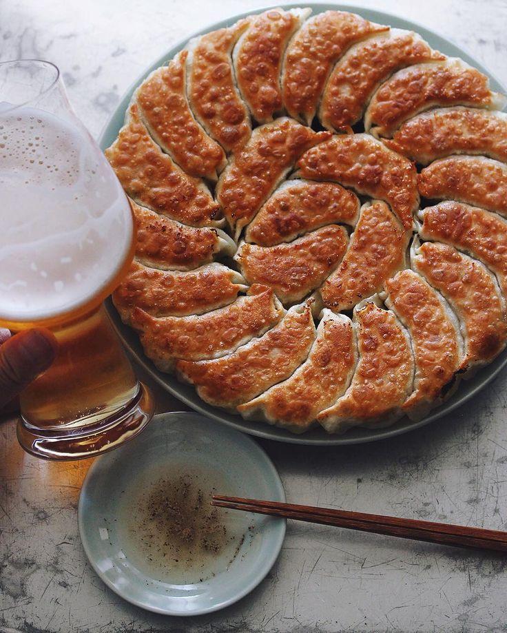 Gyoza & Beer . 餃子とビールの日曜日 具材には豚肉と大葉とタマネギ。タレには酢と胡椒。ビールはヱビス . #餃子 #ぎょうざ #ギョウザ #gyoza #樋口さんちの餃子 #dumplings #frieddumplings #鍋貼 #餃子好きと繋がりたい #餃子愛 #餃子LOVE #ヱビス #YEBISU #ルイジボルミオリ #ビラテック #birrateque #luigibormioli