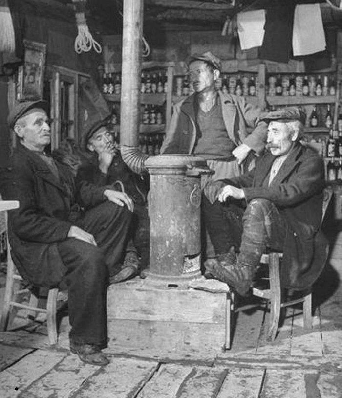 Καφενειο. Χειμώνας γύρω από τη σόμπα στη παλιά Ελλάδα. Ελάφι (Louzesti - Λουζέστι) Καλαμπάκας 1947 Δεκ.by John Phillips