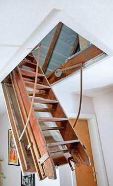 Складная лестница на чердак своими руками. Установка складной лестницы позволяет значительно сэкономить место в доме. Она легко складывается и убирается. Дополнительно защищена люком. Монтируется лест…