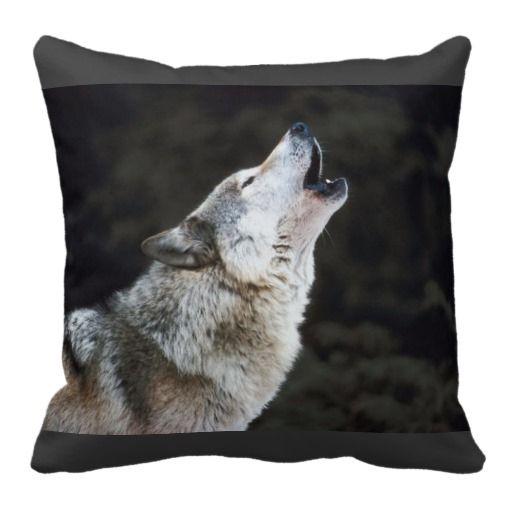 Loup d'hurlement dans le carreau de neige oreiller