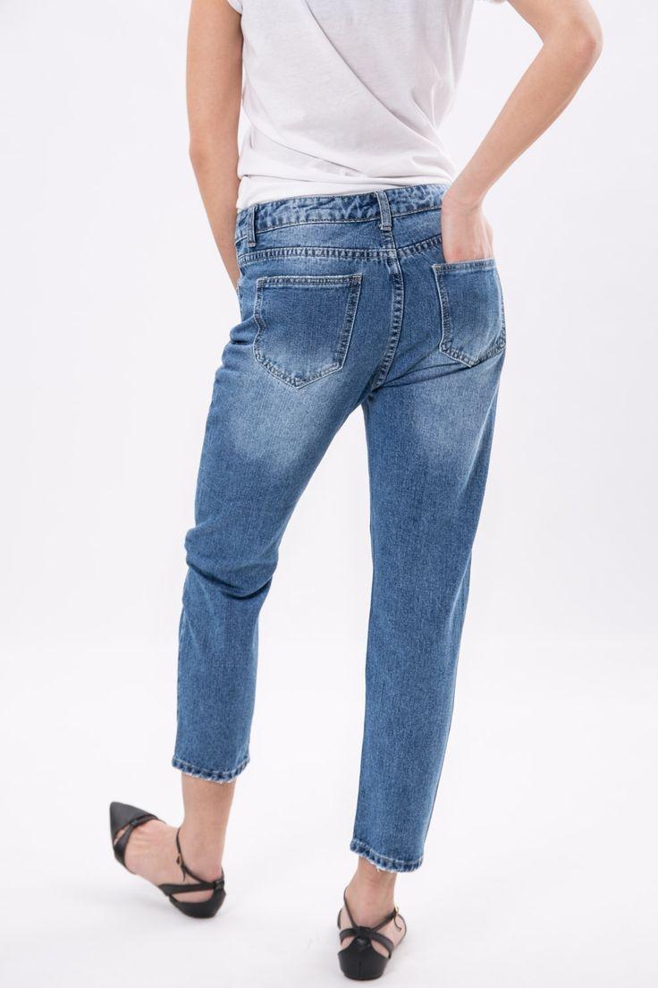 Jeans denim modello relax fit con strappi decorativi. Cinque tasche, chiusura frontale con bottone a pressione e zip a scomparsa. Taglio che arriva alla caviglia. Un denim in perfetta linea con le tendenze della primavera/ estate 2017.  La modella indossa la taglia S.