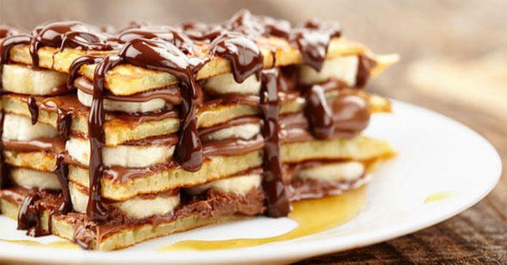"""Μπορεί οι περισσότεροι να έχουμε """"κόλλημα"""" με τα σοκολατένια γλυκά, ωστόσο η μπανάνα είναι ένα φρούτο που όταν μετατρέπεται σε επιδόρπιο αποκτά εξαιρετικό ενδιαφέρον. Διαλέξαμε γλυκά με μπανάνα που θα δώσουν μια νόστιμη εναλλακτική στο οικογενειακό τραπέζι και που σίγουρα θα σας ενθουσιάσουν με την τέλεια γεύση τους! Pancakes με μπανάνα και σιρόπι σοκολάτας Υλικά: …"""