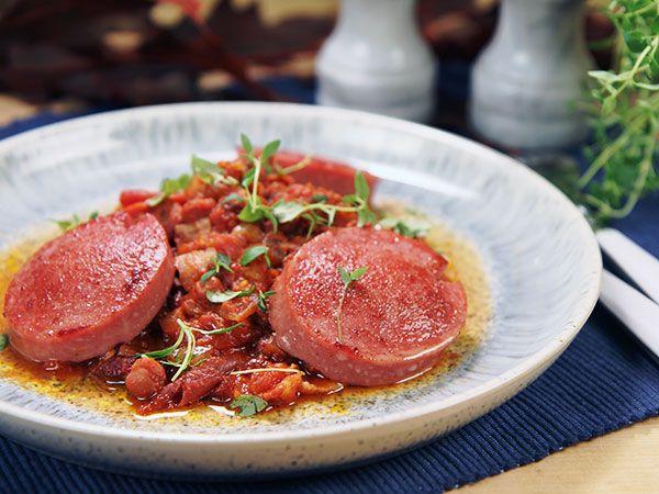 Stekt falukorv serveras med tomatsås med stekt bacon och blandade bönor. Gott och enkelt.