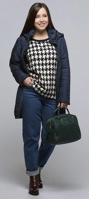 Синее пальто, темные джинсы, зеленая сумка, бордовые ботильоны