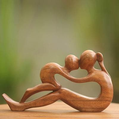 Hand-carved Mother & Child, suar wood | Sculpture la mère et l'enfant – Latitudes Decor
