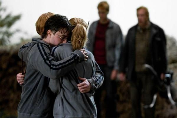 hermione granger and ron weasley hugging | Harry Potter,Ron Weasley,Hermione Granger - Blog de Madame-Potter