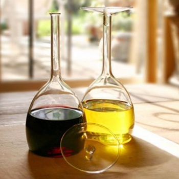 """MING OIL + VINEGAR SET   set olio e aceto by Black+Blum     Set in vetro olio e aceto, designer tsu.R, l'aspetto è quello classico di due bicchieri da vino, decostruire un oggetto comune per consentirne un impiego alternativo. Bicchieri come contenitori e """"contenitori con la forma di bicchieri"""". Costo: €26,00 $32.30"""