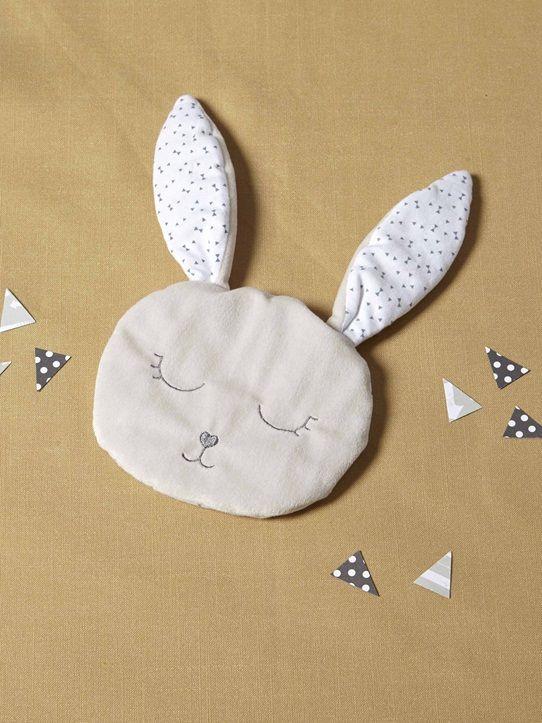 Avec ses grandes oreilles fines et souples, ce doudou lapin est facile à attraper et à mordiller. Sa face en velours le rend encore plus doux, sa face