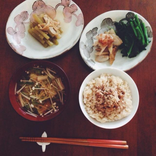 玄米。納得。胡麻。ふき。油揚げ。蓮根。牛蒡。梅。おかか。キャベツの芽。長葱。エノキ。味噌。 - 9件のもぐもぐ - 玄米中心 by Ayako Tamura
