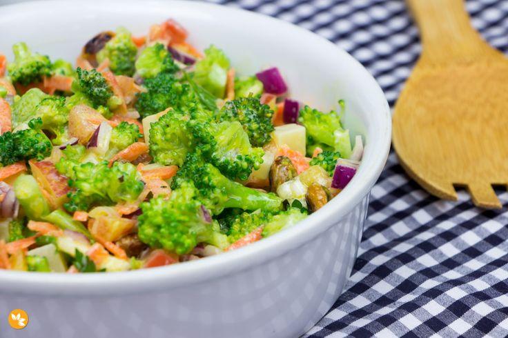 Que tal uma Salada de Brócolis super prática, deliciosa e cheia de nutrientes que fazem muito bem para nossa saúde? Esta receita é excelente para receber.