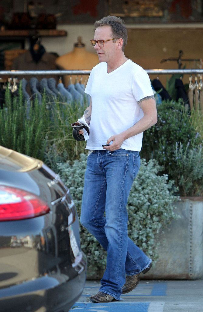 """Kiefer Sutherland Photos Photos - """"24"""" star Kiefer Sutherland is spotted shopping for a belt at Fred Segal with his blonde girlfriend. The actor is also seen stopping for a cigarette and to pose for a photo with a fan in West Hollywood.. - """"24"""" star Kiefer Sutherland is spotted shopping for a belt at Fred Segal with his blonde girlfriend. The actor is also seen stopping for a cigarette and to pose for a photo with a fan in West Hollywood"""