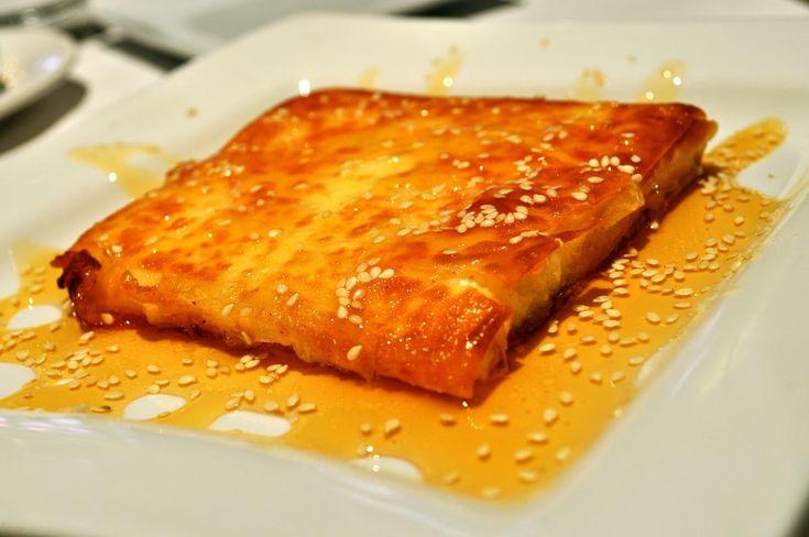 Φέτα τυλιχτή σε φύλλο περιχυμένο με μέλι και ξύδι. Ένα υπέροχο ορεκτικό για τη μπυρίτσα σας και το ουζάκι σας. * Αν δεν σας αρέσει να είναι ξιδάτο, περιχύν