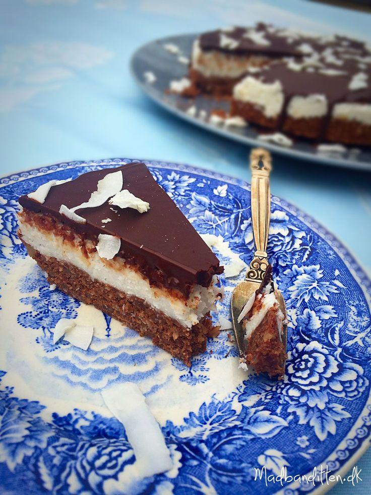 Imponer dine gæster med denne sukkerfrie bountykage! Naturlige ingredienser og masser af god smag. Glutenfri og LCHF-venlig. Find opskrift her: