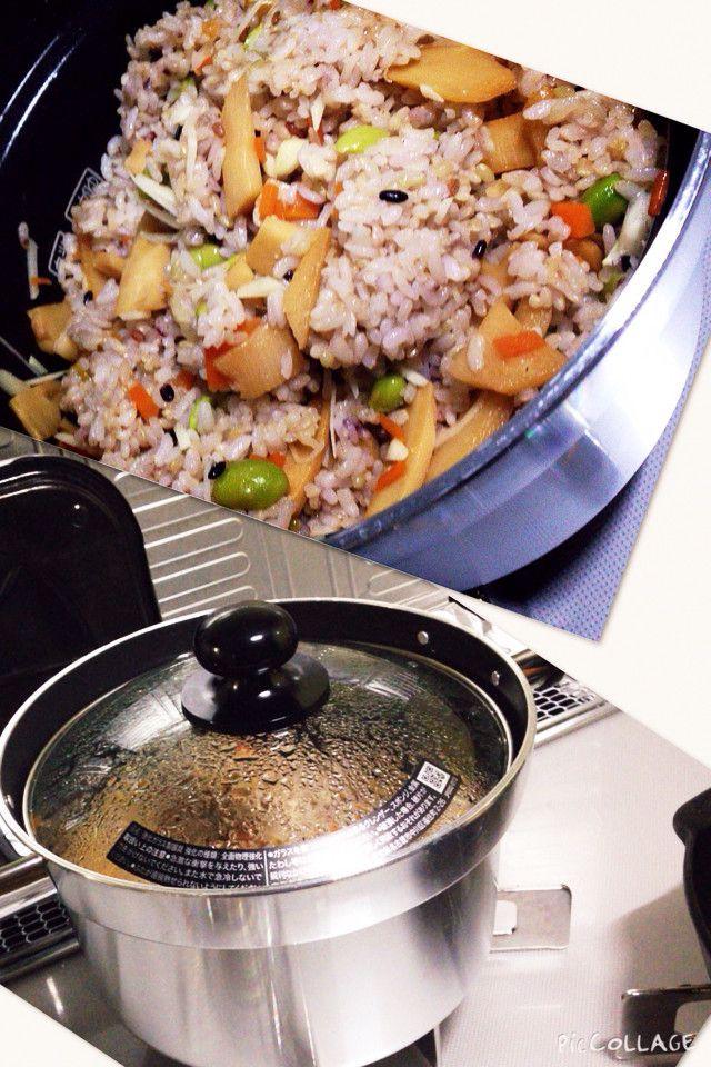混ぜ御飯 筍醤油バター味       醤油バター味がとても美味しい簡単混ぜ御飯です。油揚げ、干しシイタケ、アスパラなど 色々具材をアレンジしてみて… claptap    材料 御飯 2合〜3合 筍 (茹でたもの) 150g〜200g 人参 1/2本 枝豆 100g 生姜 適量 バター 30g 塩 適量 お酒 100cc 味醂 25cc 醤油 25cc   作り方   1  御飯を2合 または3合を炊く  今回は玄米雑穀入りで3合 2  筍 人参を薄切りに切ります。 3  生姜も薄切りに切ります。 この生姜は、食べる時に、混ぜる。好みなので、 あってもなくても大丈夫! 4  フライパンにバターを溶かします。 5  筍、人参 、枝豆、酒、味醂、醤油を入れて 炒める。 塩を入れて味を整える。 6  煮汁が少し残る位まで、煮詰める。 7  炊きあがりの御飯に混ぜます。 8  好みで生姜を入れてみたり、 ゴマなども入れても美味しいです。 9  器に盛り付け コツ・ポイント 煮詰めるのがポイントです。 レシピの生い立ち…
