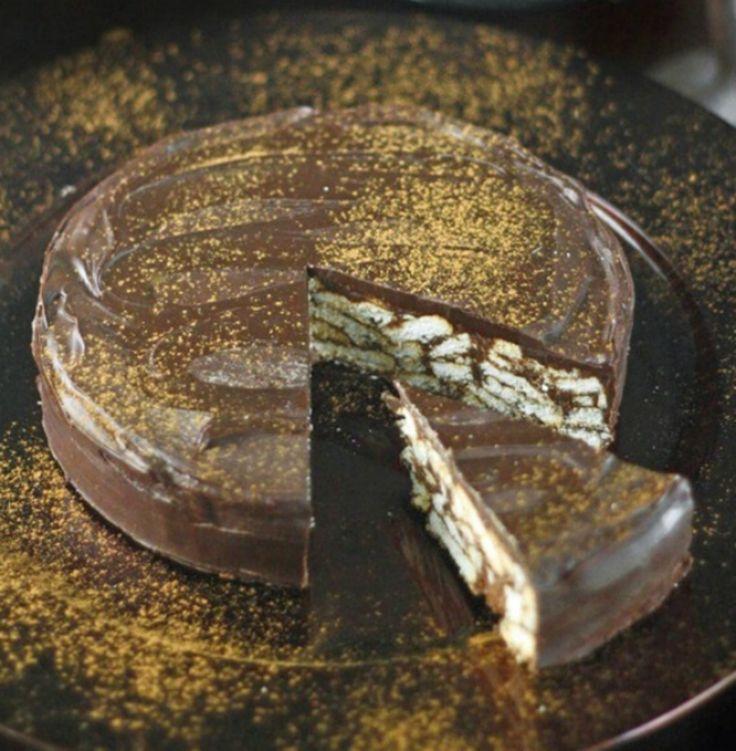 Acest tort de biscuiti fara coacere nu a fost tortul oficial de la nunta printului William cu ducesa Kate, insa a fost unul dintre deserturile cu care…