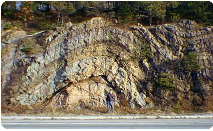 Anticlinal. Em geologia estrutural, um anticlinal é uma dobra convexa na direcção dos estratos mais recentes.