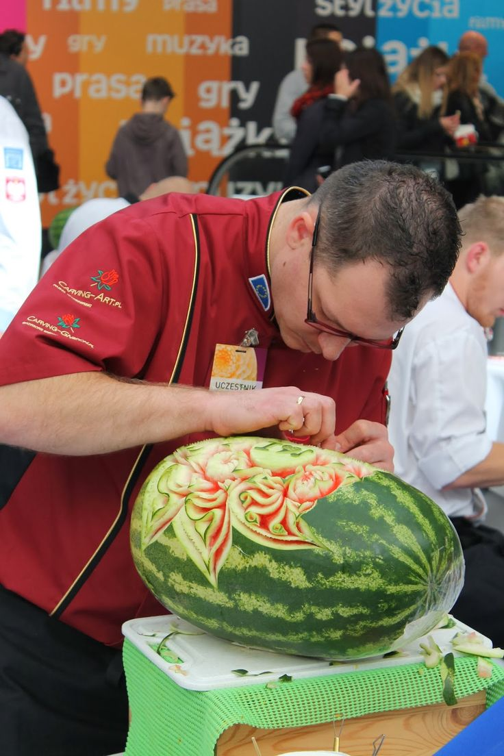 So Much Attention Into Carving The Perfect Watermelon... - more here: http://twistedredladybug.blogspot.de/2013/10/art-everywhere-even-in-fruits.html