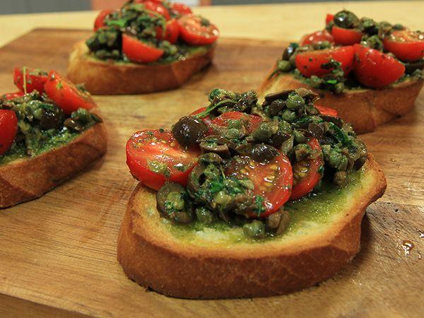 Bruschetta med tomat- och olivröra.