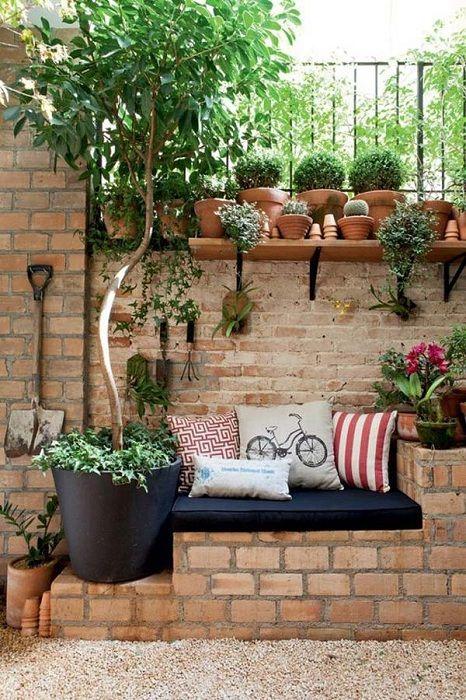 Возможно создать уютный гостиный уголок используя самые обычные кирпичи.