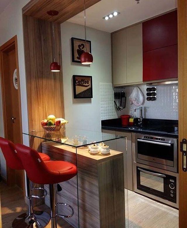 Decoração de cozinha com toque de vermelho.