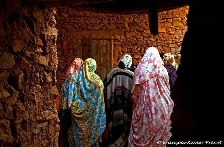 88 Photos de Femmes de 9 Pays du Monde : Photos de Femmes du Tibet, du Népal, du Maroc, d'Algérie, de Mauritanie, du Mali, de Roumanie, d'Espagne et du Japon - http://www.photographe-marseille.info/PhotosdeFemmesduMonde/ #photo #photographe #photographie #femme #beaute #voyage #coiffure #exposition #monde