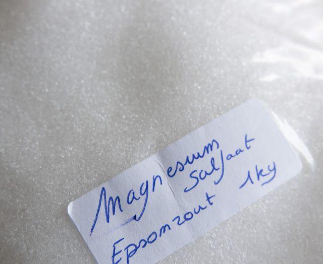 Epsom zout of magnesiumsulfaat is een magnesiumzout uit zwavelzuur en is dus een mineraal. Het staat bekend om zijn sterk laxerende werking, en is dus niet bedoeld voor orale inname in grote dosissen. Toch wordt het gebruikt in de voedingsindustrie ter versteviging van bijvoorbeeld groenten in blik. Je kan het herkennen aan zijn E-nummer:E518.   Wel heeft dit zout heel goede eigenschappen voor je lichaam. Epsom zout wordt namelijk gemakkelijk door de huid opgenomen wanneer het opgelost…