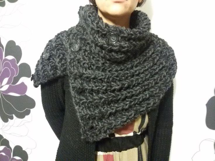 Coprispalle bicolore in lana lavorato ai ferri : Sciarpe, foulard, cravatte di officina677