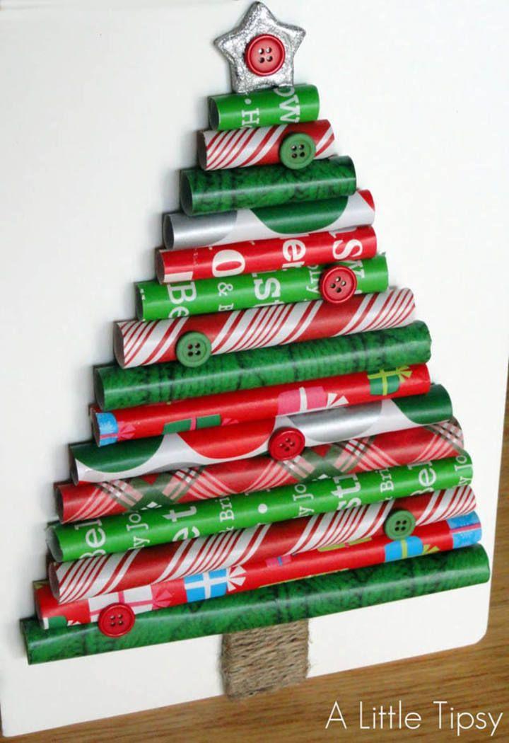 Aprovecha los rollos de papel de regalo para crear árboles de navidad tan originales como este